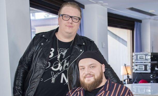 Arttu Wiskari ja Kasmir ystävystyivät kuvauksissa.