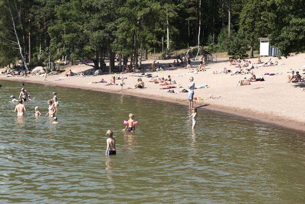 Vesistöt ovat nyt poikkeuksellisen lämpimiä. Osassa vesitöissä on kuitenkin nyt runsaasti sinilevää, kuten esimerkiksi tämän kuvan uimarannalla Helsingin Munkkiniemessä.