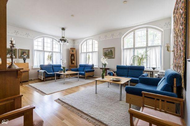 Jugend-tyyliä henkivät tässä kodissa niin kaari-ikkunat kuin asukkaan sisustus.