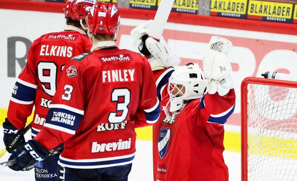 Jere Myllyniemi tuuletti IFK:n 3-2-voittoa. Corey Elkins ja Joe Finley yhtyivät hillitymmin iloon.