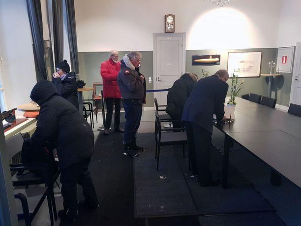 Osa odottelijoista joutui odottelemaan jonkin aikaalumimyräkässä, koska poliisi oli estänyt pääsyn alueelle tietokatkoksen vuoksi. Osa luovutti ja kääntyi pois.
