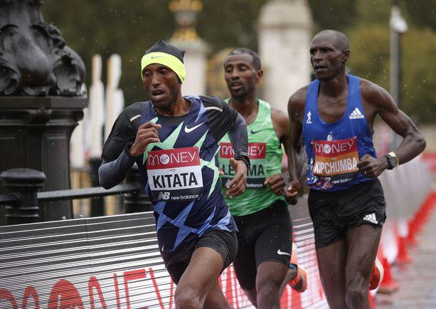 Shura Kitata (edessä) voitti Lontoon maratonin.