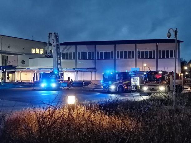 Salon lukion tulipalo sammutustyöt olivat käynnissä vielä kello yhdeksän aikaan tiistaina.