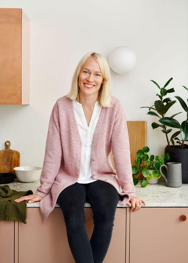 Ruokatoimittaja Outi Väisänen on koonnut yhteen helppoja ruokareseptejä erityisesti lapsiperheille.