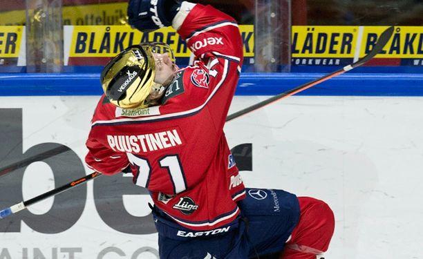 HIFK:n Juuso Puustinen takoo maaleja ottelusta toiseen. Kuvassa miehen tavaramerkkituuletus.