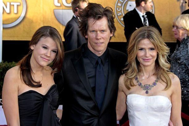 Vasemmalla Sosie Bacon, keskellä Kevin Bacon ja oikealla Kyra Sedgwick.
