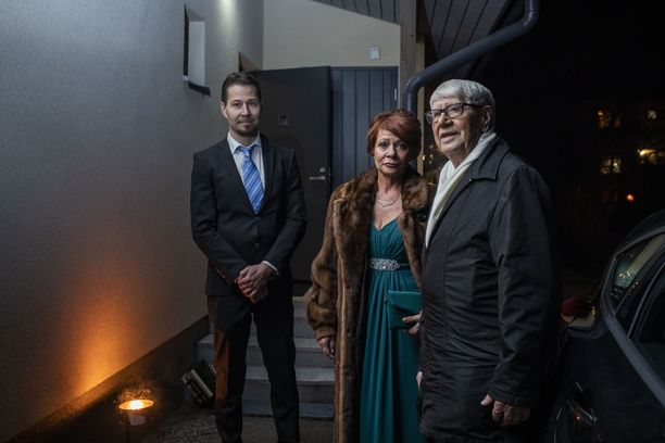 Pentti Heinonen lähdössä Linnan juhliin tyttärensä Marjut Nyqvistin kanssa. Kuskina toimii Marjutin poika.