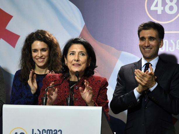 Salome Zurabishvil (kesk.) juhli vaalivoittoaan Tbilisissä.