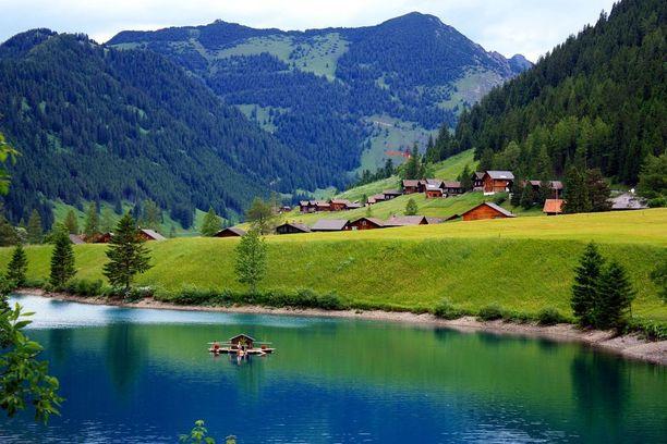 Liechtenstein sijaitsee Alppien vuoristomaisemissa.