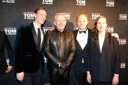Muotisuunnittelija Jean-Paul Gaultier yllätti saapumalla Tom of Finland -elokuvan kutsuvierasensi-iltaan Suomessa. Kuvassa hänen lisäksi ohjaaja Dome Karukoski sekä näyttelijät Pekka Strang ja Jessica Grabowsky.
