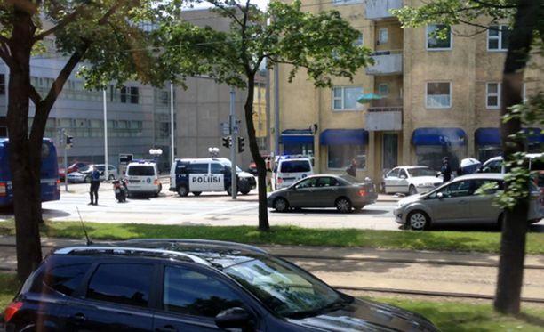 Poliisi sai pysäytettyä noin 10 kilometrin takaa-ajon jälkeen pakenevan auton Mäkelänkadulle Helsingissä.