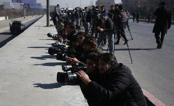 Media seurasi piiritystä hotellin ulkopuolella Kabulin keskustassa.