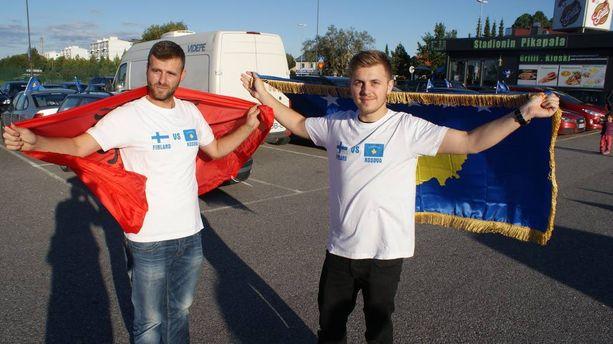 Kupittaalle saapuneet kosovolaisfanit ottivat paikan haltuun jo tunteja ennen ottelun alkua.