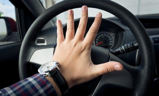 """Liikennepoliisin mukaan tahalliset yliajot ja """"rattiraivo"""" ovat harvinaisia Suomessa."""