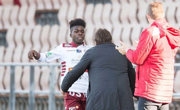 Jaron päävalmentaja Alexei Eremenko onnittelee 16-vuotiasta Serge Atakayi liigauran ensimmäisestä maalista.