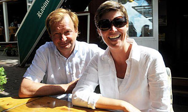 PARISKUNTA Hjallis Harkimo ja Helena Karihtala viettivät eilen yhteistä kesälomaansa Naantalissa.
