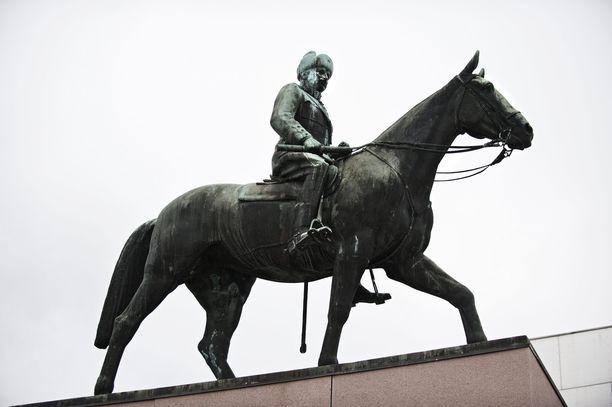 Helsingissä vierailleet Neuvostoliiton johtajat näkivät kaupungin paraatipaikalla talvi- ja jatkosodan armeijan ylipäällikön Mannerheimin jykevän patsashahmon. Aimo Tukiaisen veistämä kansallismonumentti kohoaa korkeuksiinsa nykytaiteen museo Kiasman edessä.