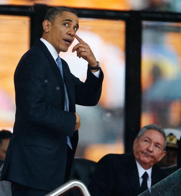 HARVINAINEN YHTEISKUVA Barack Obama ja Raul Castro tapasivat vuosi sitten Nelson Mandelan hautajaisissa Etelä-Afrikassa joulukuun 10. 2013.