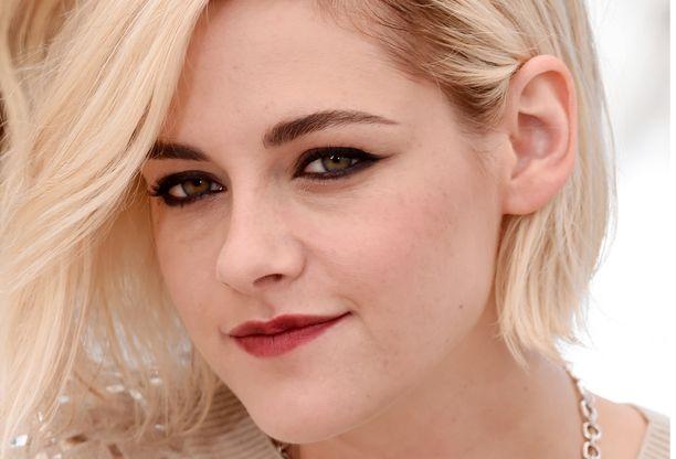 Kristen Stewart on tunnettu utuisen tummasta silmämeikistä. Luomen sisäpinnan meikkaaminen tekee katseesta automaattisesti intensiivisemmän.
