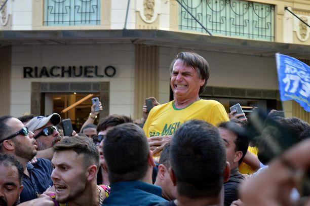 Jair Bolsonaro irvisti kivusta, kun häntä oli puukotettu vatsaan kampanjatilaisuudessa Juiz de Forassa.