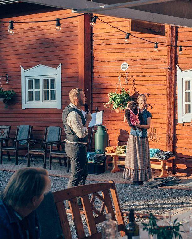Jaakko ja Sari Koskenkorva esittelevät saunatrikoita, joita trahteerin saunassa on tarkoitus käyttää.
