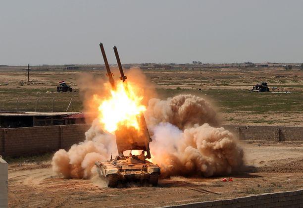 Näin Irakin hallituksen joukot moukaroivat Tikritiä miehittäivä isisin joukkoja tiistaina.