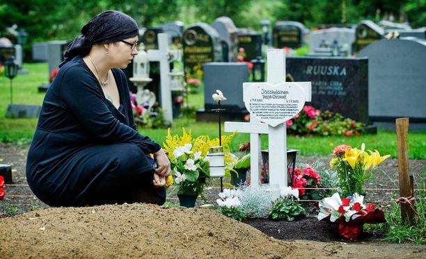 Emmi Lausaksen Petja-poika kuoli hydrokefalukseen, koska hän ei saanut leikkaushoitoa ajoissa.
