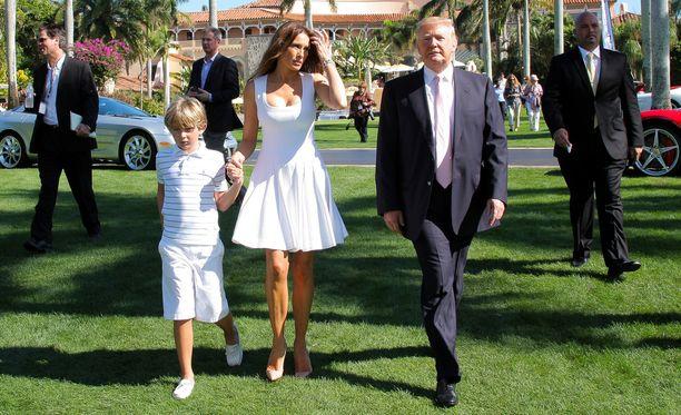 Donald Trump puolisonsa Melanian ja poikansa Barronin kanssa Mar-a-Lagossa muutama vuosi sitten.