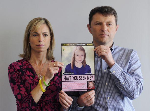 Kadonneen Madeleinen vanhemmat Kate ja Gerry McCann ovat vakuuttaneet, etteivät luovu toivosta, että Madeleinen kohtalo selviää. Kuva on vuodelta 2012. Vanhempien pitelemää Madeleinen kuvaa on muokattu vastaamaan sitä, minkä ikäinen hän olisi ollut vuonna 2012.