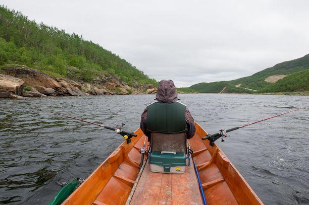 Tenojoen vesistön kalastusoikeuskiistat menevät ylimpään mahdolliseen oikeusasteeseen. Kuvassa lohensoutua Tenojoella.