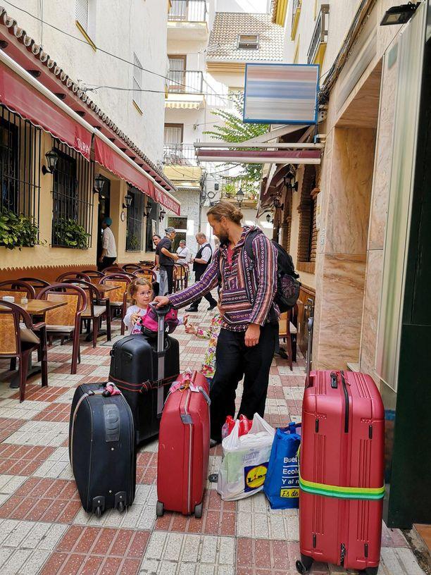Krista kertoo haaveilleensa viime vuonna omasta asunnosta Espanjassa. - Sitten totesimme, ettei siinä ole järkeä, koska emme tiedä, kuinka pitkäaikainen ratkaisu tässä on kyseessä.