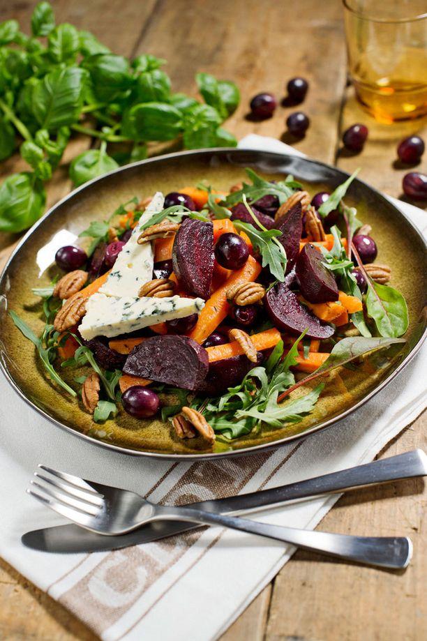 Tämän salaatin juju on paahdetuissa kasviksissa ja rypäleissä.