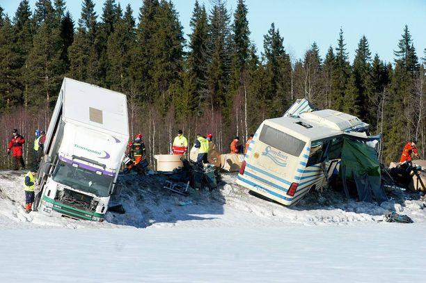 Rekka-auto ja linja-autot törmäsivät toisiinsa tuhoisin seurauksin Äänekosken Konginkankaalla 19. maaliskuuta 2004. Viime syksyn pyöräturmasta tuomittu autoilija oli onnettomuusbussin matkustaja.
