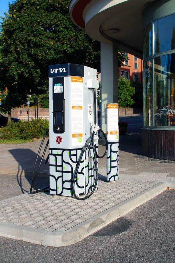 Virta-järjestelmä kertoo toistaiseksi 13 pikalatausaseman sijainnin ja käyttötiedot. Kuvassa on Turun linja-autoasemalla sijaitseva asema. Huomaa bensapistoolin kaltaiset latauslaitteet. Auton omaa johtoa ei tarvita.
