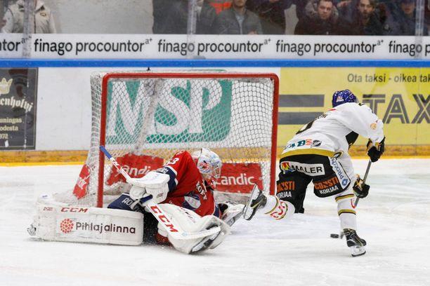 Aleksi Heponiemi veivasi voittomaalin jatkoerässä HIFK:n Atte Engrenin ohi.