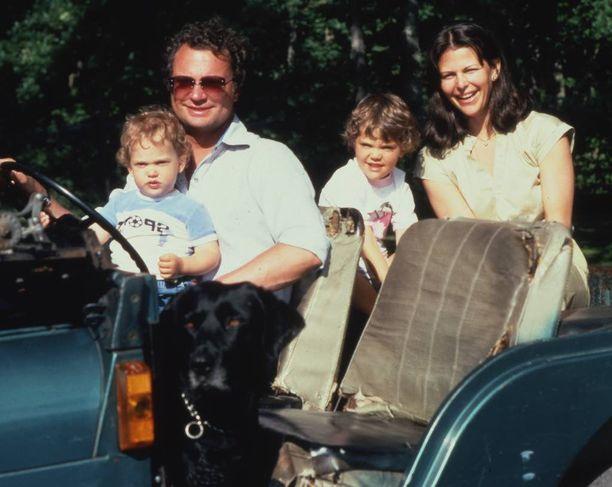 Perheen toisen lapsen Carl Philipin synnyttyä Kaarle Kustaa olisi toivonut, että perheen vanhin poika olisi perinyt kruunun. Kuningas ei kuitenkaan voinut lain uudistukselle mitään, joten hänen jälkeensä Victoriasta tulee hallitsija. Perhe naureskeli jeepissä kesällä 1981.