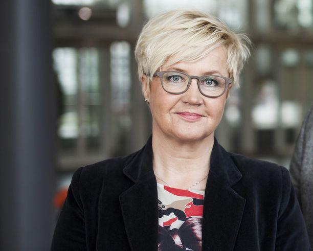 """Sanomalehtimiesyhdistyksen palkintoperusteluissa mainitaan, että Karvala on työskennellyt Iltalehdessä niin pääkirjoitusten ja kolumnien kuin haastattelujenkin tekijänä ja """"liikkuu suvereenisti Euroopassa""""."""