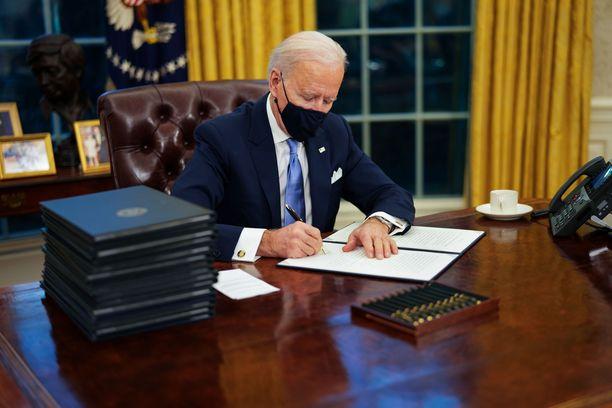 Biden aloitti työnsä allekirjoittamalla koronaan liittyviä asetuksia.