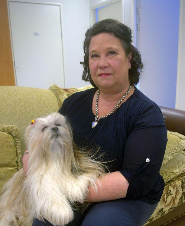 Hoitokodin omistajan Tiina Karenmaa-Virtasen koirat ovat paikalla tuttu näky.