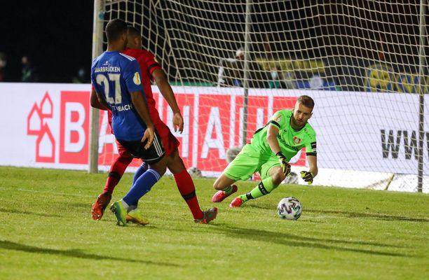 Huuhkajien maalivahti Lukas Hradecky torjui nollat tiistai-iltana.
