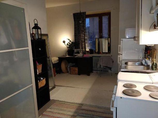 Ilmoituksessa kuvataan asuntoa ensimmäisen kerroksen pikkukodiksi hyvällä paikalla.