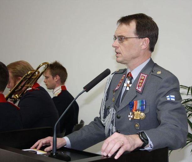 Puolustusvälineyhtiö Saabin Suomen-maajohtaja Anders Gardberg toimi ennen nykyistä tehtäväänsä everstin virassa Suomen Tukholman-suurlähetystössä, hän oli Suomen puolustusasiamies.