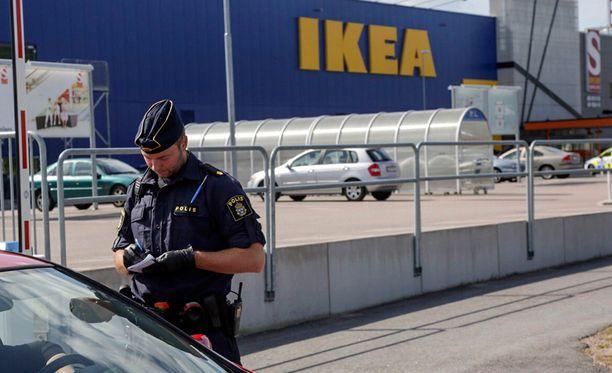 Aftonbladetin haltuunsa saama kuvasarja paljastaa uutta tietoa Ikea-puukotuksista.