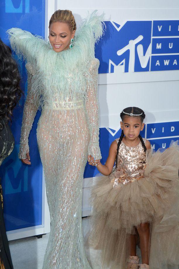 Beyonce juhli palkintojaan yhdessä tyttärensä Blue Ivyn kanssa.