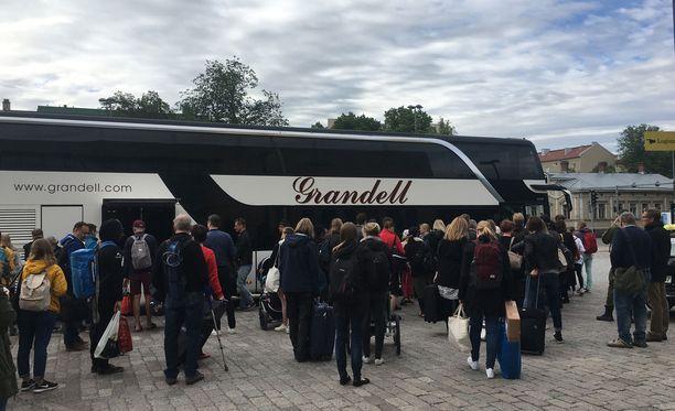 Turun asemalla junamatkustajat ohjattiin linja-autoihin.