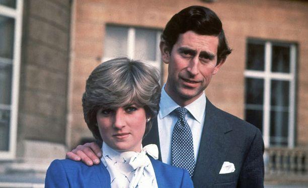 Diana ja Charles kihlajaiskuvassaan helmikuussa 1981.