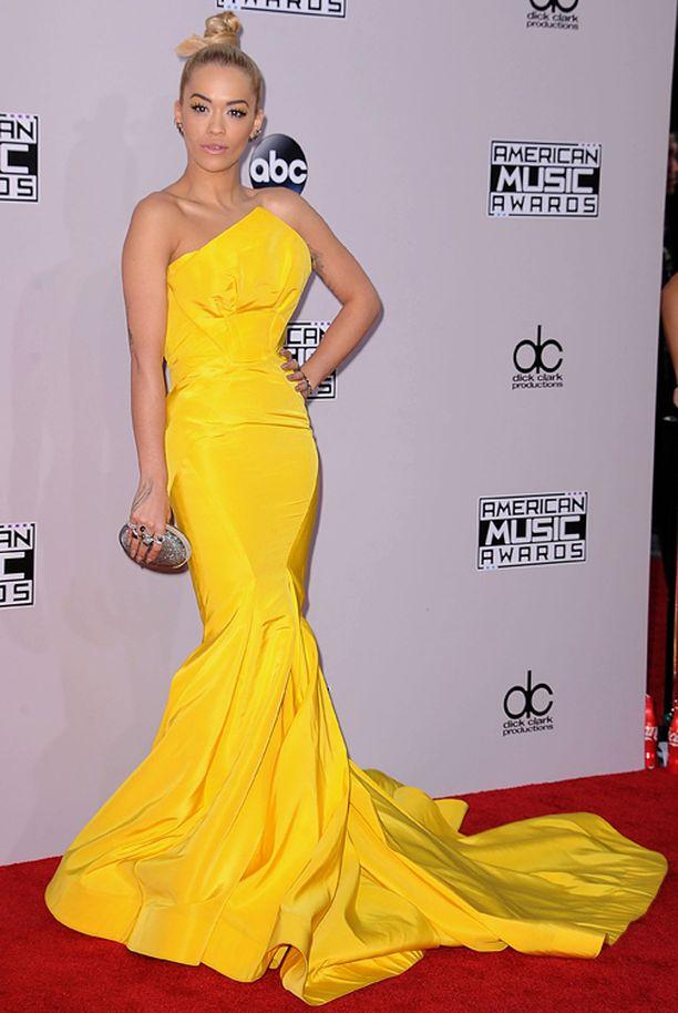 Rita Oran keltainen puku erottui pirteästi edukseen.