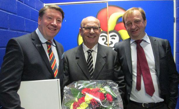 Jokerien GM Jari Kurri (vasemmalla) ja puheenjohtaja Hjallis Harkimo (oikealla) kukittivat Matti Väisäsen 70-vuotispäivän kunniaksi viime joulukuussa.