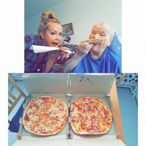 Tämä kuva lähihoitaja Silja Sofia Kouhian ja Saaran pizzahetkestä on kerännyt Facebookissa jo yli 20 tuhatta tykkäystä. Loistavassa tiimissä työskentelevä Kouhia muistuttaa, että lähihoitajat haluavat toimia aina asiakkaan parhaaksi.