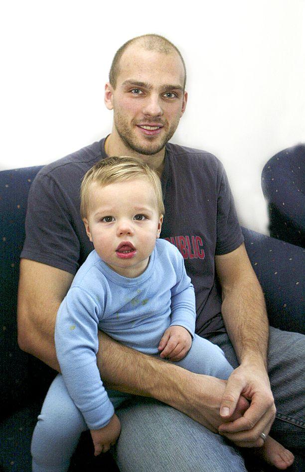 Patrik Stefan pelasi työsulkukaudella 2004–2005 Tampereen Ilveksessä. Tässä kuvassa hän pitää sylissään vielä silloin alle kaksivuotiasta poikaansa Jamesia.